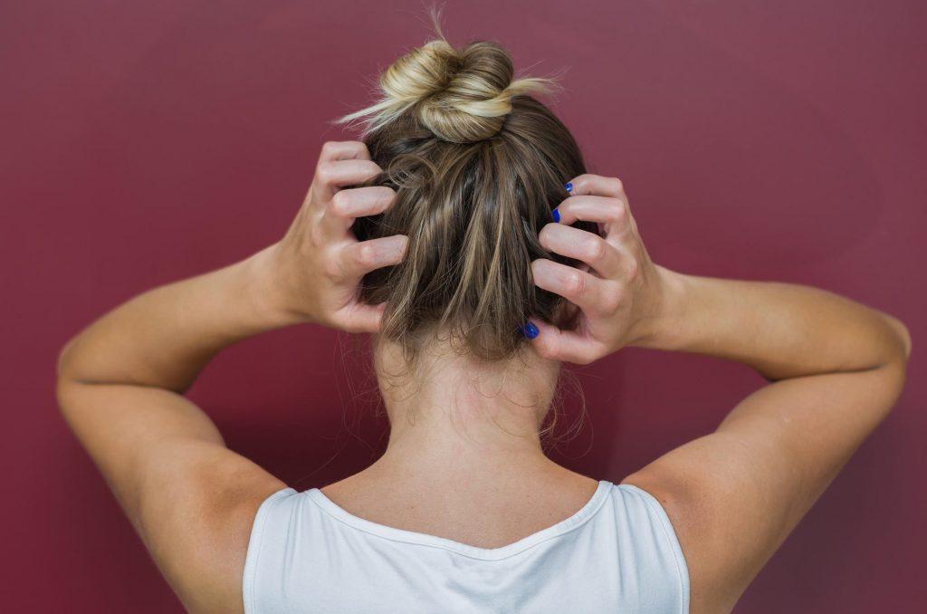 mulher com o cabelo sujo
